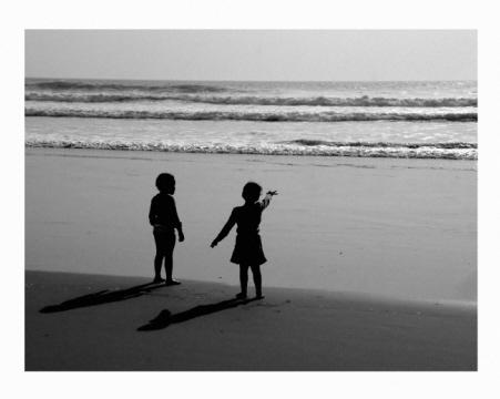 ninios en la playa